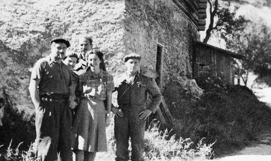 Krystyna Skarbek wśród francuskich partyzantów. Sierpień 1944 r.