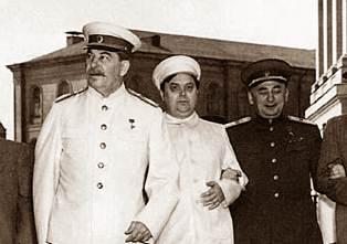 Pierwszy z lewej: Stalin. Pierwszy z prawej: Beria.