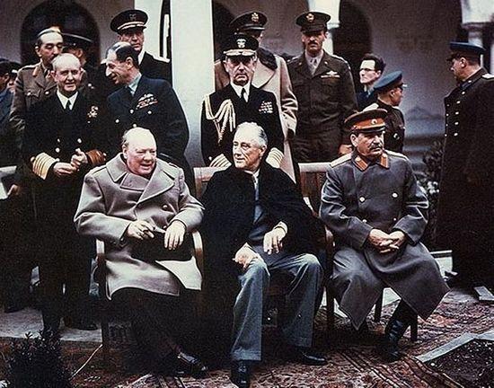 Winstron Churchill często zalewał się łzami. Również postanowienia konferencji w Jałcie były powodem do płaczu brytyjskiego premiera. Na zdjęciu wielka trójka w komplecie.