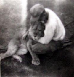 Kapral Robert Stilson przytula się do Roscoe. Fotografia ze strony http://donmooreswartales.com/.