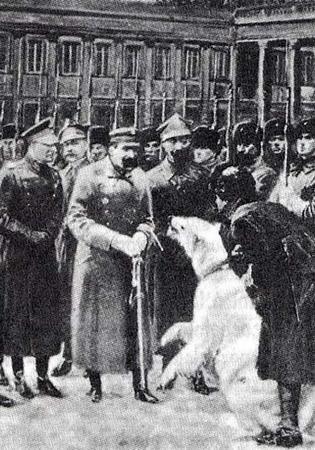Przed Wojtkiem w szeregach Wojska Polskiego służył inny niedźwiedź, a właściwie niedźwiedzica - Baśką Murmańską. O niej również warto pamiętać.