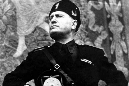 Benito Mussolini podczas jednego ze swych licznych przemówień. Z jego twarzy promieniuje spokój. Wie że nic mu nie grozi, wszak kule się go nie imają.