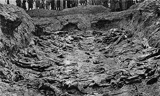 Zdjęcie z ekshumacji ciał polskich oficerów zamordowanych w Katyniu. Tą samą metodą egzekucje przeprowadzał kat, którego wspomnienia przytacza Moczulski.