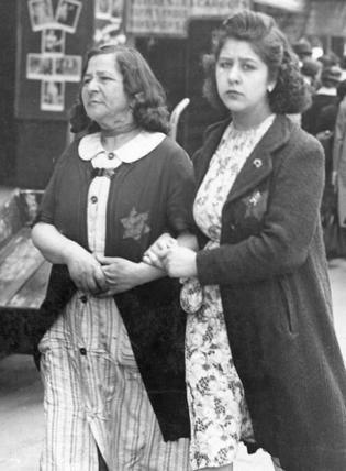 Dwie paryżanki z przypiętymi gwizdami Dawida (źródło: Bundesarchiv; lic. CC ASA 3.0).