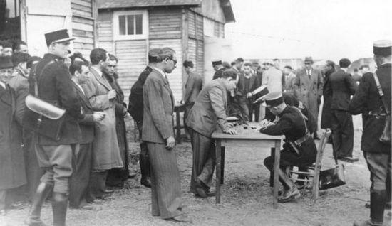 Rejestracja obywateli pochodzenia żydowskiego w obozie w Pithiviers.