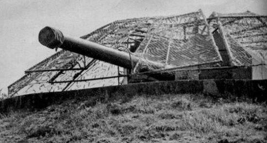 Niemcy do ostatnich dni obrony posiadali bardzo słabą orientację na temat rozlokowania umocnień na Helu. Dotyczyło to również tzw. baterii cyplowej im. H. Laskowskiego. Na zdjęciu jedno z dział tejże baterii.