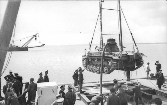 """Na potrzeby operacji """"Seelöwe"""" Niemcy przygotowali 152 tzw. """"czołgi nurkujące"""". Problem polegał na tym, że nie mieli ich czym przetransportować do Wielkiej Brytanii (źródło: Bundesarchiv; lic. CC BY-SA 3.0)."""