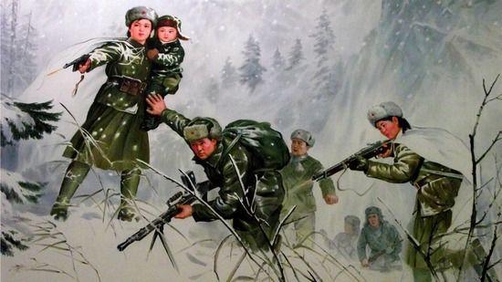 Wbrew północnokoreańskiej propagandzie Kim Ir Sen wcale nie walczył w Korei z Japończykami. Tak naprawdę od 1941 r. przebywał w ZSRR, gdzie dowodził ledwie batalionem swoich rodaków. Przeszedł tam też roczny kurs w szkole NKWD. Na ilustracji plakat propagandowy przedstawiający Kim Ir sena, wraz z żoną i małym synkiem podczas ataku na japońskie pozycje.