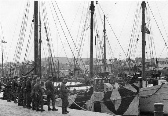 Hitler chciał przeprowadzić inwazję na Wielką Brytanię, tymczasem nie miał żadnych barek desantowych. Niemieccy żołnierze mieli przeprawiać się przez kanał La Manche m.in. takimi kutrami jak te na zdjęciu (źródło: Bundesarchiv; lic. CC ASA 3.0).