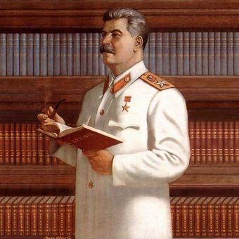 """Stalin na powojennym plakacie propagandowych. Na biało czyli po """"generalissimusowsku""""."""