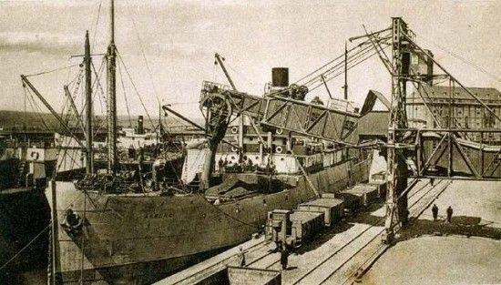 """Załadunek węgla z kopalni """"Czeladź"""" na statek, który popłynie do Szwecji."""