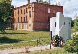 Na fotografii: Budynek administracji dawnego obozu w Berezie Kartuskiej na współczesnym zdjęciu (fot. Christian Ganzer, lic. CC ASA 3,0)
