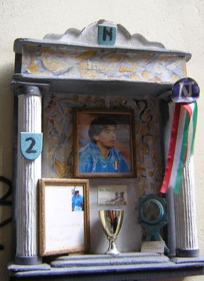 Kapliczka ku czci Maradony... Na coś takiego wpadli mieszkańcy Neapolu (fot. Dieghito, lic. CC ASA 2,0).