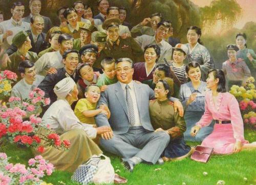 Reżym stworzony przez Kim Ir Sena tak naprawdę niewiele ma wspólnego z komunizmem. Bliżej mu do nazistowskich Niemiec, niż stalinowskiego Związku Radzieckiego. Na ilustracji jeden z setek propagandowych plakatów przedstawiających Kim Ir Sena jako ojca narodu.