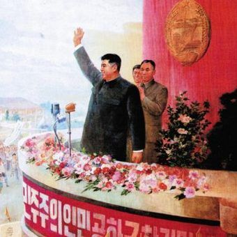 """Kim Ir Sen pozdrawia rozradowane tłumy szalejących ze szczęścia Koreańczyków... (fotografia z książki """"Najczystsza rasa"""")."""