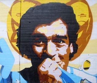 """Diego """"Bóg"""" Maradona. Element grafitti (fot. Zarateman, lic. CC CCO 1.0)"""