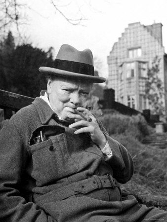 Churchilll odpoczywający przed swoją posiadłością Chartwell. Być może właśnie przed chwilą zakończył prace murarskie