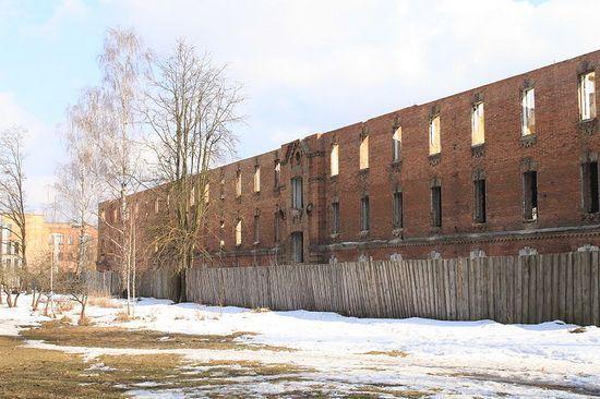 Tyle dzisiaj zostało z budynku w którym przetrzymywano osadzonych w Berezie Kartuskiej (fot. Czalex; lic.: CCA. 3.0 Unported). Stan na 2010 rok.