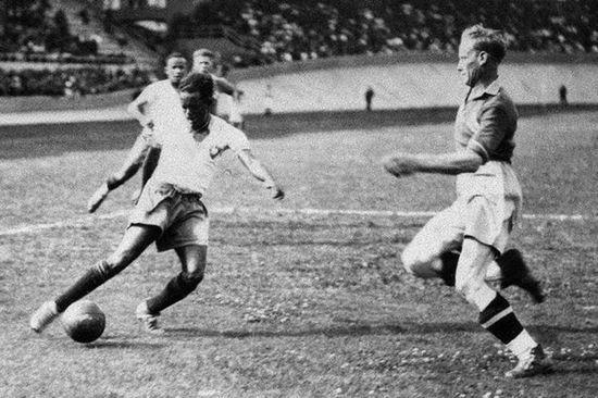 Pierwszym ciemnoskórym zawodnik, który zagrał na mundialu był legendarny Leônidas da Silva.