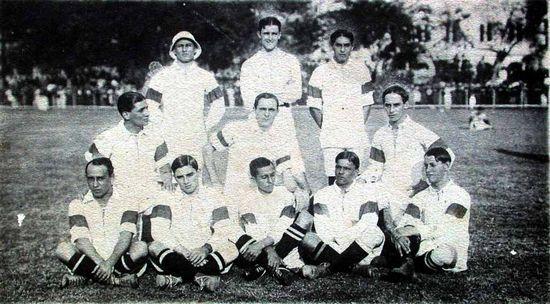 Pierwsza brazylijska reprezentacja na zdjęciu z 1914 r. Próżno szukać w niej ciemnoskórych zawodników.