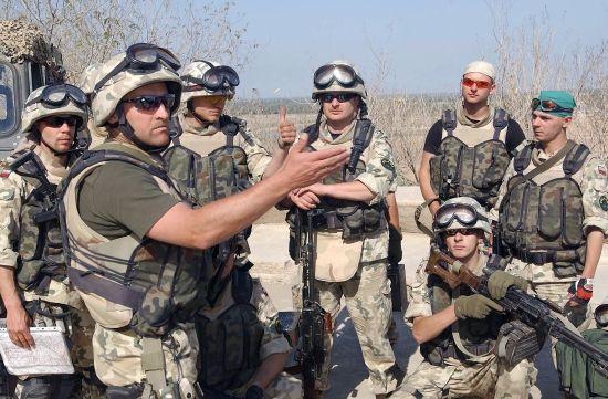 Żołnierze drugiej zmiany w Iraku, marzec 2004 roku.
