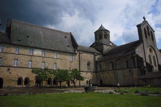 Opactwo Aubazine. To w jego przyklasztornym konwencie-sierocińcu Coco Chanel spędziła dzieciństwo (fot. Babsy; lic. CC ASA 3.0).