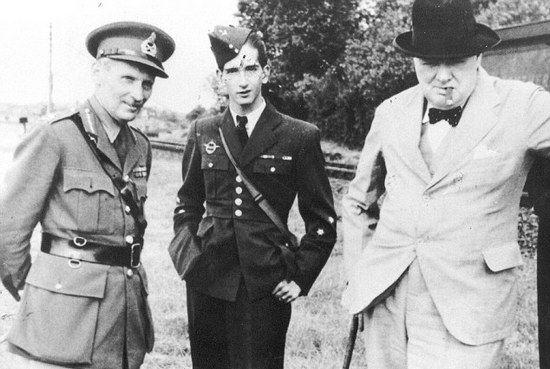 Winston Churchill poznał Montgomery'ego w trakcie swych licznych podróży inspekcyjnych po kraju. I chociaż go nie lubił to jednak cenił jego energię, dlatego zdecydował się postawić go na czele 8. Armii. Na zdjęciu wykonanym w 1941r. Montgomery, jugosłowiański następca tronu Piotr II oraz Churchill.