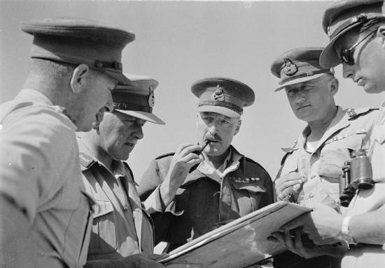 Następcą Auchinlecka został generał porucznik William Gott (drugi z prawej), który miał być gwarantem prowadzenia bardziej ofensywnej strategii w walce z wojskami Rommla. Niestety nigdy się nie dowiemy, czy faktycznie tak by się stało, ponieważ zginął zanim zdążył pokazać na co go stać.