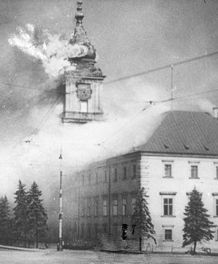 Płonący Zamek Królewski po ostrzale przeprowadzonym przez artylerię niemiecką 17 września 1939 roku.