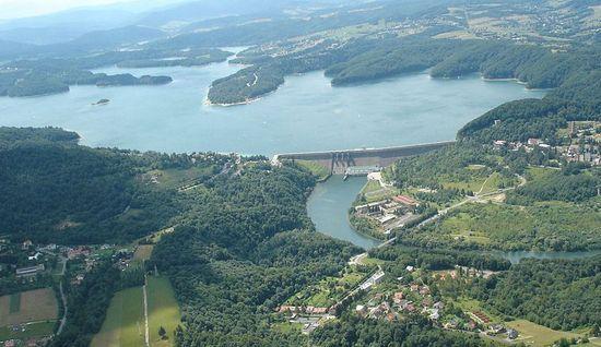 W ramach wymiany Polska otrzymała skrawek Bieszczad, gdzie w latach 60. wybudowano zaporę wodną i sztuczny zbiornik na Solinie (fot. Zuluanonymous; lic. CC ASA 3.0).