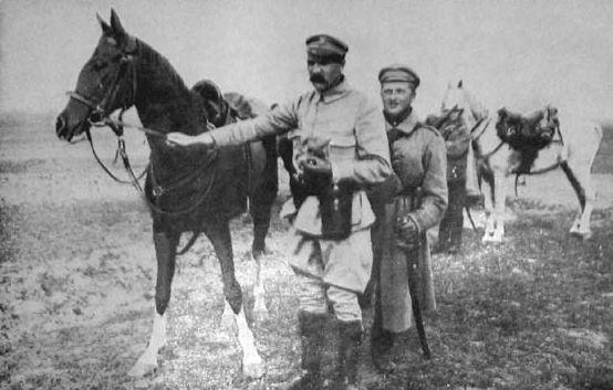 Józef Piłsudski wraz z ukochaną Kasztanką (źródło: domena publiczna).
