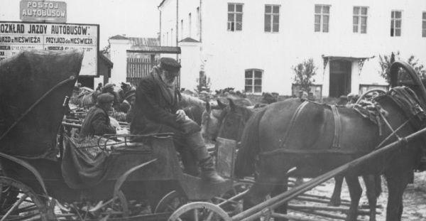 Dorożka z Nieświeża... czyźby ciągnął ją stary, frontowy wyjadacz? Weteran wojny z bolszewikiem? (fot. z Ilustrowanego Kuryera Codziennego).