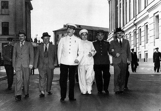 """Mimo że Beria (drugi z prawej) był posłusznym wykonawcą poleceń """"czerwonego cara"""" i ma na rękach krew tysięcy ludzi, to po śmierci Stalina zdecydował się na wprowadzenie diametralnych reform."""