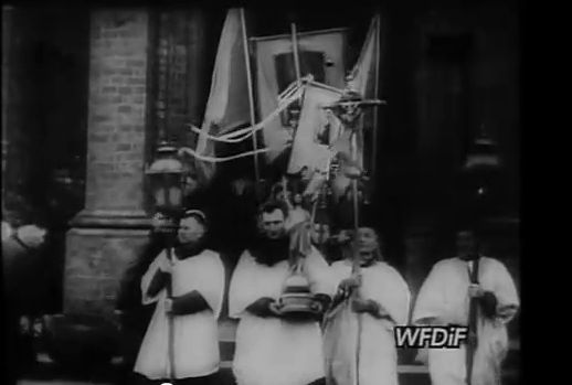 Kolejny kadr z tej samej Kroniki Filmowej. Księża, kościół, bogobojny lud... dla komunistycznych mediów to wciąż były powody do dumy!