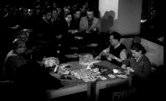 Na szwindlu jakim była reforma walutowa z 1950 r. komunistyczna władza zarobiła ok. 750 milionów ówczesnych dolarów. Na zdjęciu kadr z Polskiej Kroniki Filmowej przedstawiający wymianę pieniędzy.