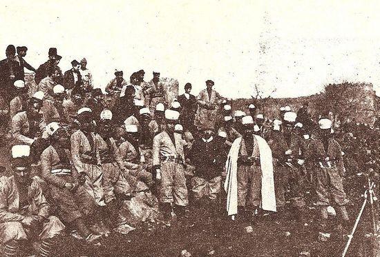 Rafael de Nogales przebył długą i krętą drogę, aby wziąć udział w I wojnie światowej. W końcu trafił do tureckiej armii. Na zdjęciu wraz ze swoim odziałem podczas oblężenia Wan.