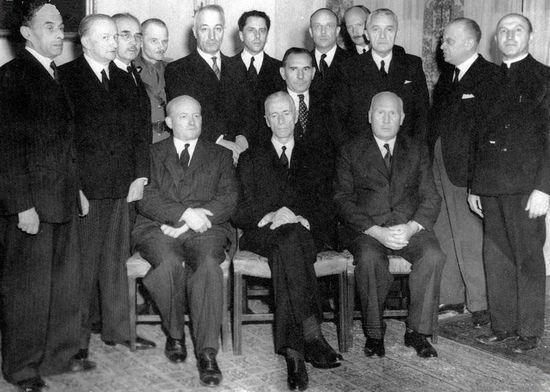 Pomysł przetransportowania Witosa do Londynu zrodził się w głowie premiera Mikołajczyka (siedzi pierwszy z lewej). Chciał on aby nestor ruchu ludowego zastąpił schorowanego prezydenta Raczkiewicza (siedzi w środku).