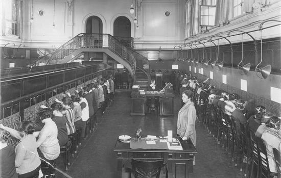 Po koniec lat. 30. w cenie abonamentu można było wykonać aż 75 połączeń, których czas nie był limitowany. Telefonistki miały zatem pełne ręce roboty.