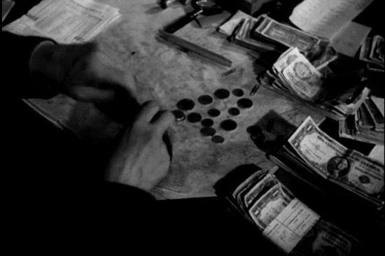 Przy okazji reformy walutowej zabroniono obywatelom posiadania walut obcych, złota oraz platyny. Za złamanie zakazu groziło wieloletnie więzienia, a nawet kara śmierci. Na zdjęciu kadr z PPKF.