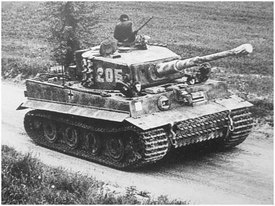 Michael Wittmann na wieżyczce swojgo czołgu w drodze do Normandii.