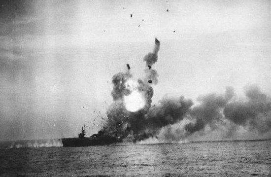 Atak samobójczy na USS St. Lo sfotografowany z pokładu pobliskiego USS Kalinin Bay.