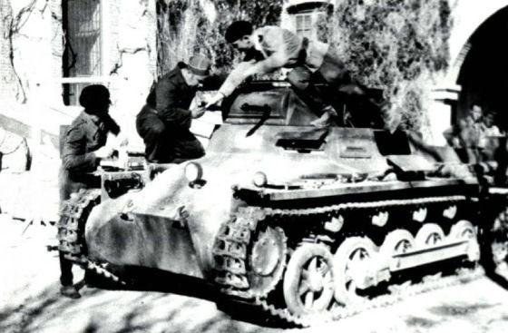 Niemiecki czołg i hiszpańscy pancerniacy wyszkoleni przez turystów z III Rzeszy.