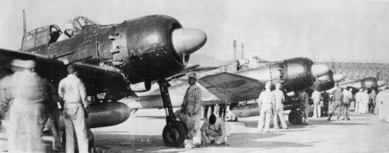 Myśliwce Zero 52c przygotowywane do ataku kamikadze.