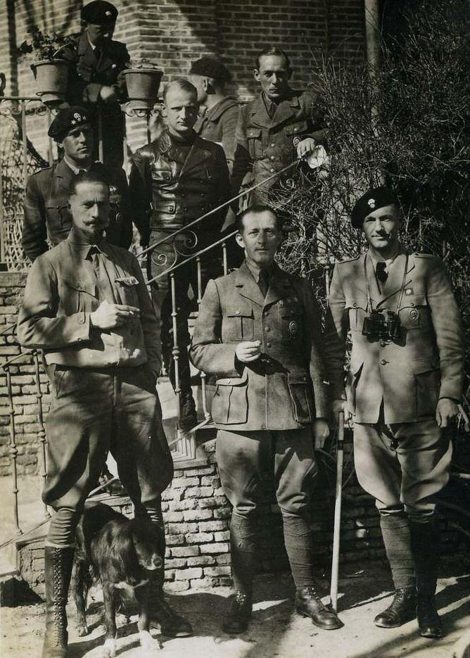 """Oficerowie Panzergruppe """"Drohne"""" na grupowym zdjęciu."""