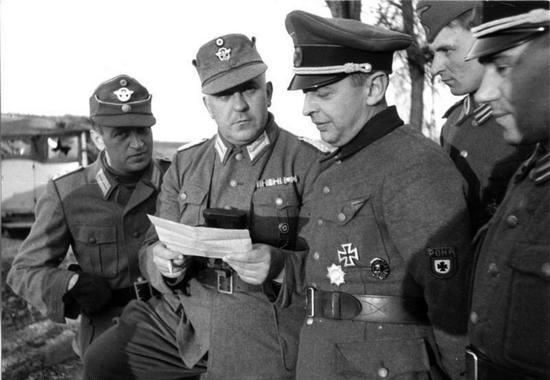 Po upadku Republiki Łokockiej niedobitki Rosyjskiej Wyzwoleńczej Armii Ludowej zostały przerzucone na Białoruś, gdzie zwalczały radziecką partyzantkę. Na czele RONA stał Bronisław Kamiński (w środku z naszywką).