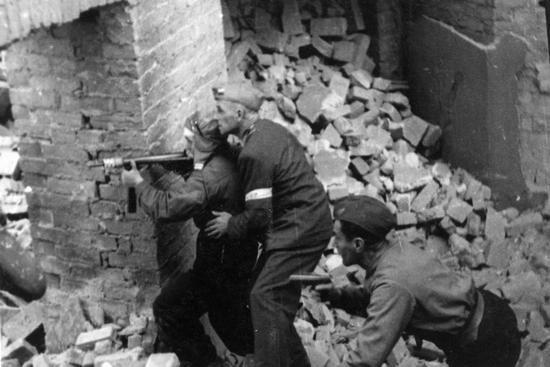 W sierpniu 1944 r. siepacze z RONA wzięli z kolei udział w pacyfikacji Powstania Warszawskiego. Wykazywali się przy tym tak wielkim okrucieństwem, że nawet Niemcy byli przerażeni ich czynami.