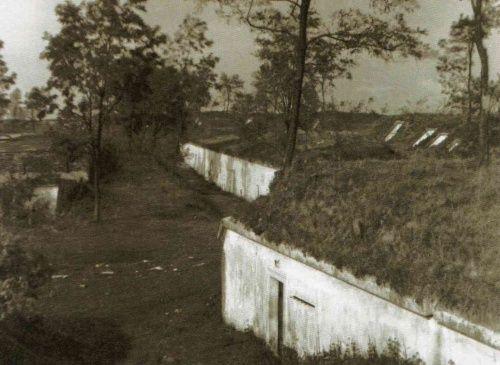 """Zabudowania poaustraickiego fortu w Krzesławicach gdzie w latach 1939-1941 Niemcy rozstrzelali około 440 osób (wszystkie fotografie pochodzą z albumu """"Kraków - czas okupacji 1939-1945"""")"""