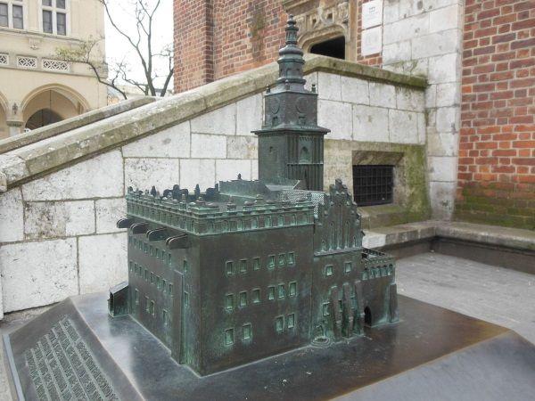 Tuż obo wieży, będącej jedynym fragmentem ratusza, który ocalał, znajduje się mała rekonstrukcja wyglądu budynku. (lic. CCA-SA, autor: Mach240390).