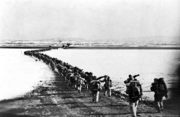 """Włączenie się Chińczyków do wojny w Korei diametralnie zmieniło sytuację. Amerykanie musieli przygotować się na długotrwały i krwawy konflikt. Na zdjęciu chińscy """"ochotnicy"""" przekraczają rzekę Yalu."""