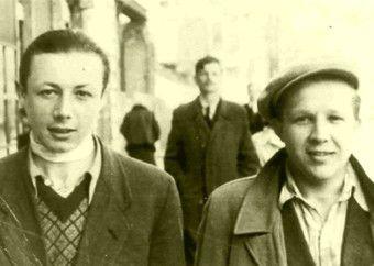 Szymek (czy też Kazik) Ratajzer na zdjęciu z czasu wojny (z lewej). Naprawdę wygląda na gangstera!